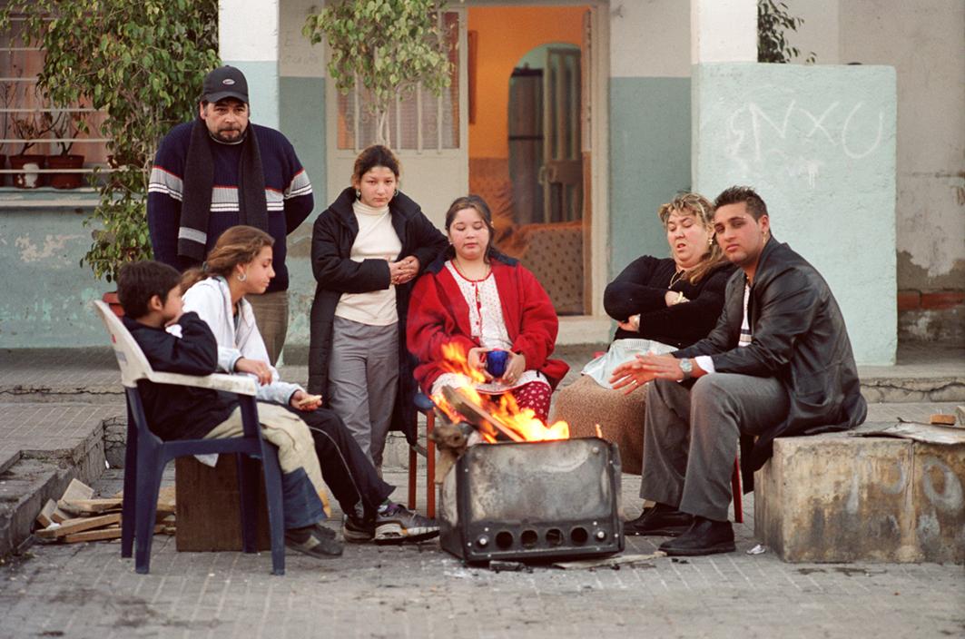 Vecinos del barrio de Can Tunis alrededor de una hoguera